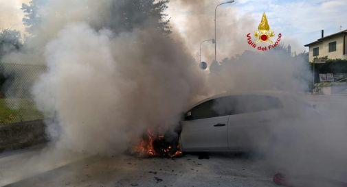 l'auto incendiata