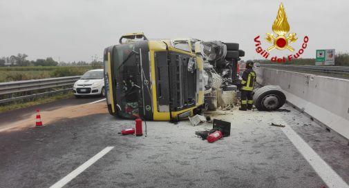 Camion si rovescia, 5 km di coda in A4