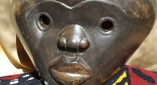 una delle maschere in mostra