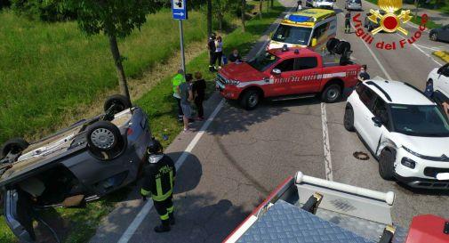 L'auto si ribalta dopo l'incidente e rimane incastrata tra le lamiere contorte