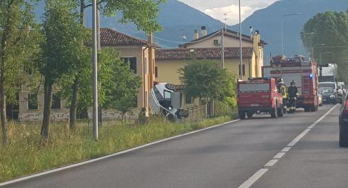 Va fuori strada, l'auto distrutta rimane in verticale