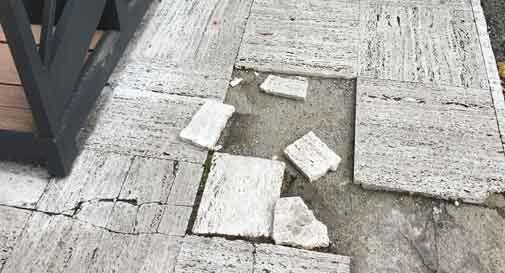 Il marciapiede di Piazza Balbi rimane pericoloso, mancano i fondi per ripararlo