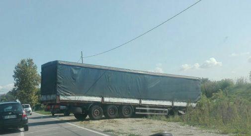 il camion in via Sant'Antonino martedì pomeriggio