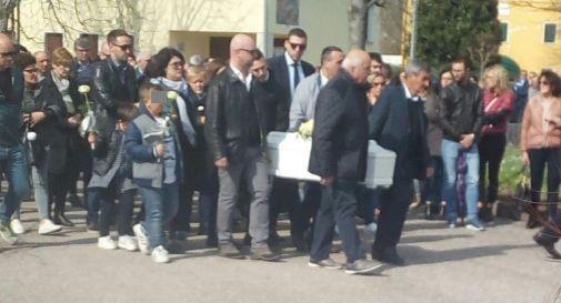 un momento del funerale di giovedì a Fossalta