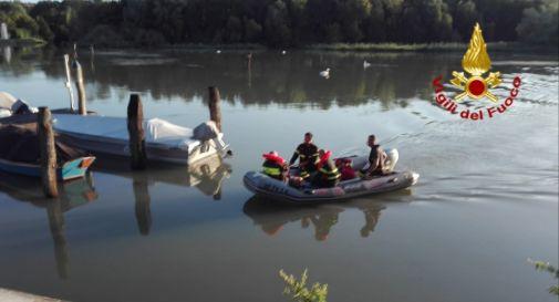 Sorpreso dal temporale in mezzo al fiume con la sua barca in avaria