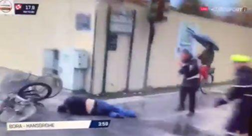 Il montebellunese Oscar Gatto travolge un passante durante la Tirreno-Adriatico (VIDEO)