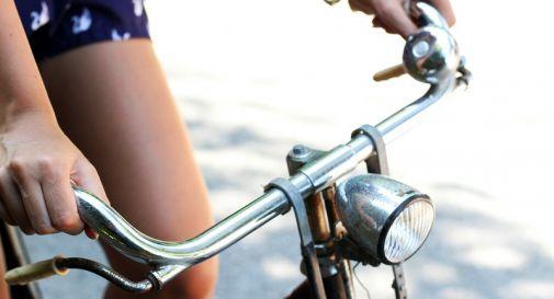 Risultati immagini per ragazza in bici