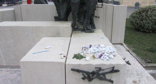 Rifiuti e scritte, sfregiato il Monumento ai Caduti