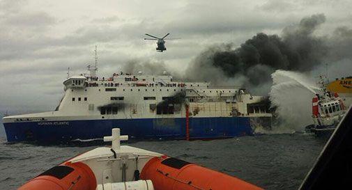 Incendio sul traghetto, otto morti. Evacuati 427 passeggeri
