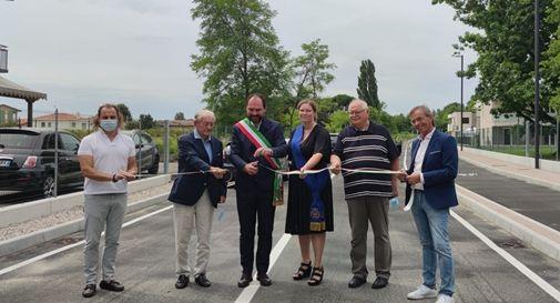 Il sindaco Bortolato durante il taglio del nastro per l'inaugurazione del nuovo Colmello Barbarossa