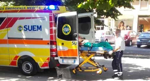 Inciampa e sbatte la testa lungo il Viale della Vittoria, arriva l'ambulanza
