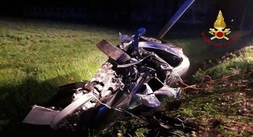 Auto con 5 giovani si schianta nella notte: una 18enne muore, gli altri feriti