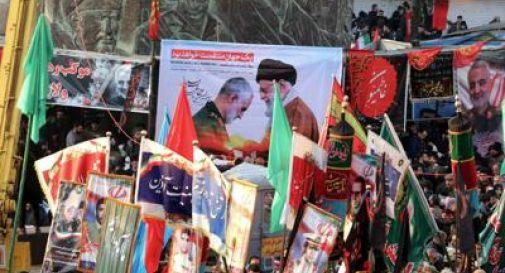 Soleimani, in decine di migliaia accolgono salma a Kerman