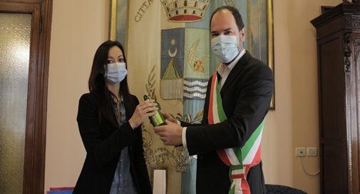 Il sindaco Davide Bortolato consegna a un dipendente comunale la borraccia riutilizzabile