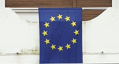 Vendute in poche ore tutte le bandiere europee al mercato