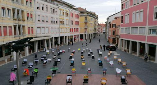 Decine di sedie vuote in piazza: la protesta dei commercianti