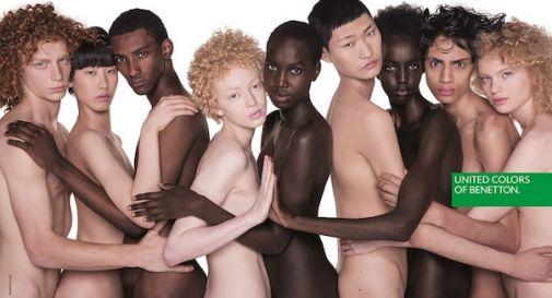 Nudi, abbracciati, di diverse etnie: ecco la nuova campagna di Benetton firmata Oliviero Toscani