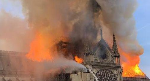 Parigi, a fuoco Notre Dame