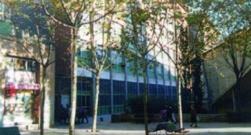 13nne armato di balestra entra a scuola e uccide l'insegnante