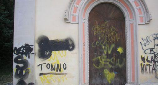 Scritte blasfeme sulla chiesetta, arrivano i volontari