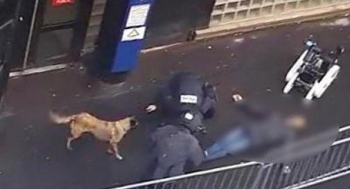 Parigi, attacca commissariato al grido di