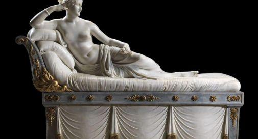 Possagno, si siede sulla statua di Canova per un selfie e la danneggia