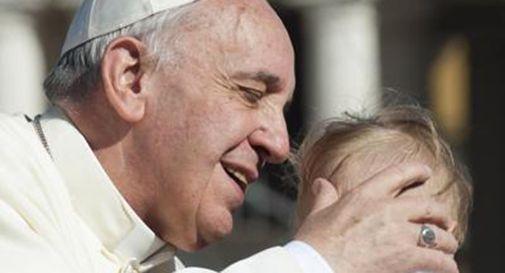 Il Papa visita a sorpresa un campo rom