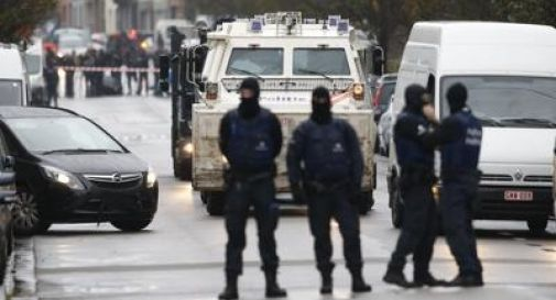 Nuovi raid francesi su Raqqa. Salta il match Belgio-Spagna. E' caccia a ottavo terrorista