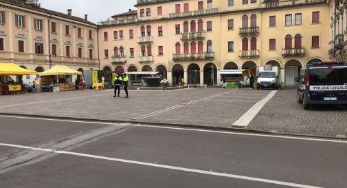 il piccolo mercato in piazza dei Caduti