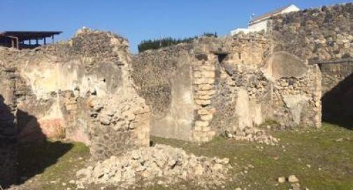 Pompei, crolla un muro della casa del Pressorio