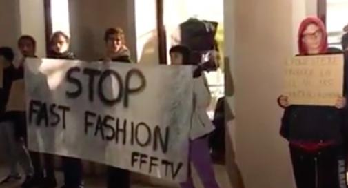 Blitz degli ambientalisti di Fridays for future a Treviso: protesta da H&M e Benetton