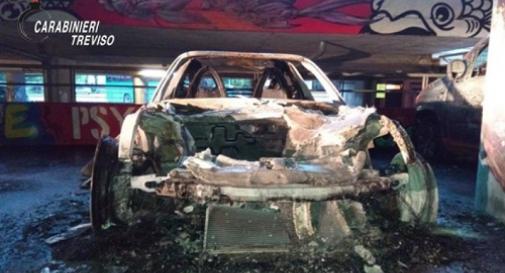Presi i piromani delle auto: per ripicca hanno bruciato 5 mezzi