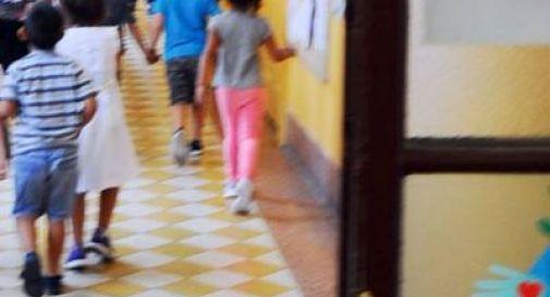 Topo piomba in testa alla maestra mentre sta facendo lezione