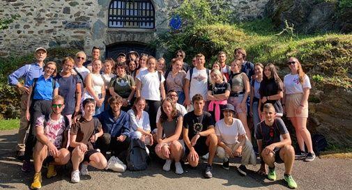 Studenti partecipanti al seminario del Movimento federalista europeo davanti al castello di Neumarkt