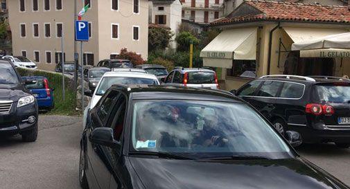 Troppi turisti e pochi parcheggi alle Grotte del Caglieron, traffico in tilt