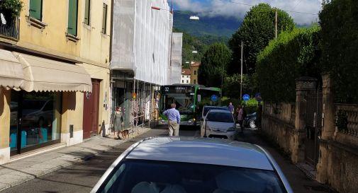 Autobus incastrato via Garibaldi
