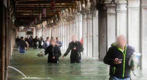 Maltempo pauroso a Venezia: città sommersa dall'acqua, due vittime