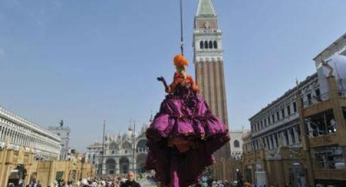 Venezia, la magia del Carnevale con il volo d'Angelo di Claudia