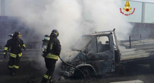 il furgone che ha preso fuoco oggi in autostrada