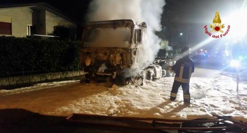 A fuoco il furgone del corriere espresso