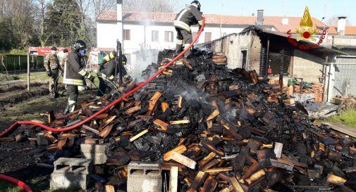 Paura a Oderzo, baracca distrutta dal fuoco in giardino