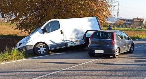Paderno, auto contro furgone che per poco non finisce nel fossato