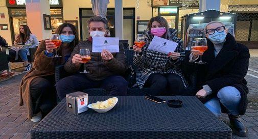 I festeggiamenti dei genitori a seguito della notizia sulla riapertura della scuola Anna Frank