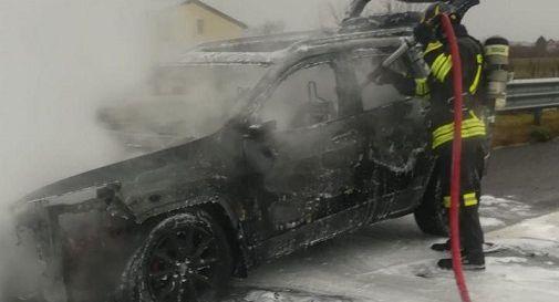l'auto a fuoco a in autostrada oggi