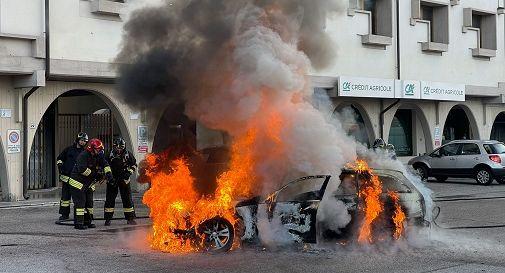 l'auto a fuoco oggi