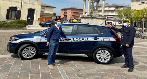 Il sindaco Durighetto con la nuova autovettura della Polizia Locale