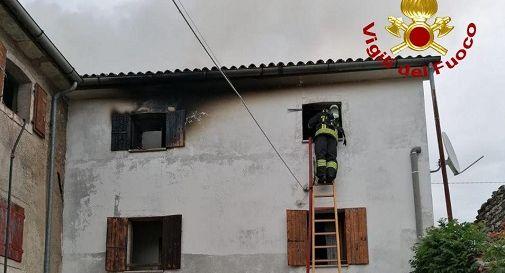 Fulmine sulla palazzina che poi prende fuoco: un morto