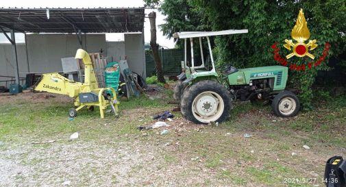 Accende il trattore, ma cade e viene investito dal mezzo