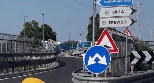 Carico da 45 tonnellate finisce sulla tangenziale di Treviso: traffico in tilt