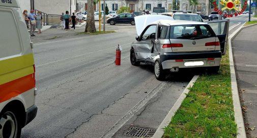 Esce da messa e provoca un incidente stradale